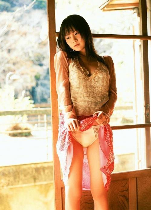 【三次】スカートをたくし上げている女の子のエロ画像・3枚目