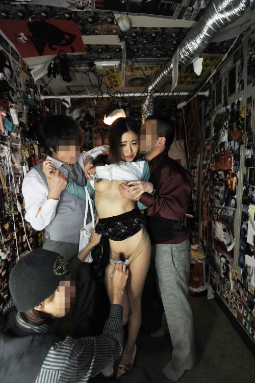 【三次】普段は旦那と仲良しの主婦(27)が男達のヤリ部屋でメス豚として開発・調教されている乱交中出し画像・1枚目