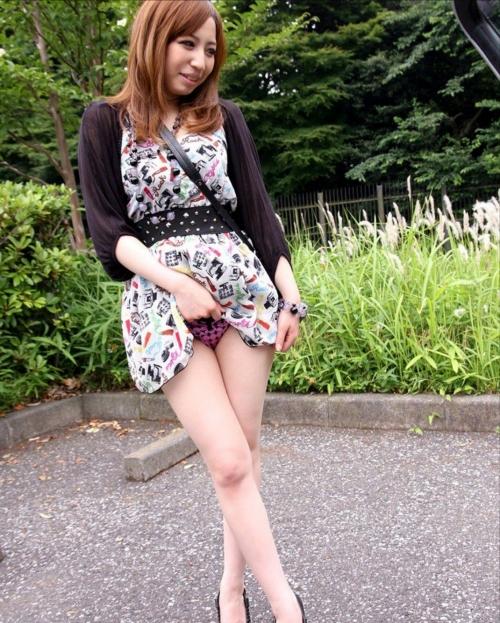 【三次】スカートをたくし上げてオトコに見せている女の子のエロ画像・3枚目