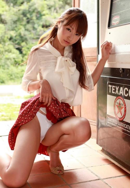 【三次】スカートをたくし上げている女の子のエロ画像・5枚目