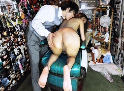 【三次】普段は旦那と仲良しの主婦(27)が男達のヤリ部屋でメス豚として開発・調教されている乱交中出し画像・7枚目