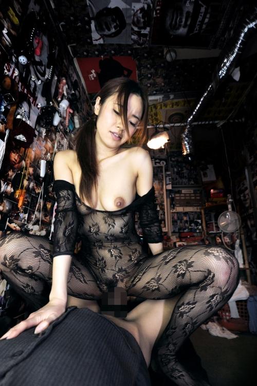 【三次】普段は旦那と仲良しの主婦(27)が男達のヤリ部屋でメス豚として開発・調教されている乱交中出し画像・19枚目
