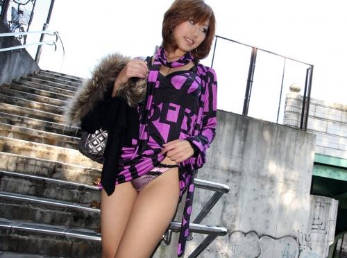 【三次】スカートをたくし上げてオトコに見せている女の子のエロ画像・6枚目