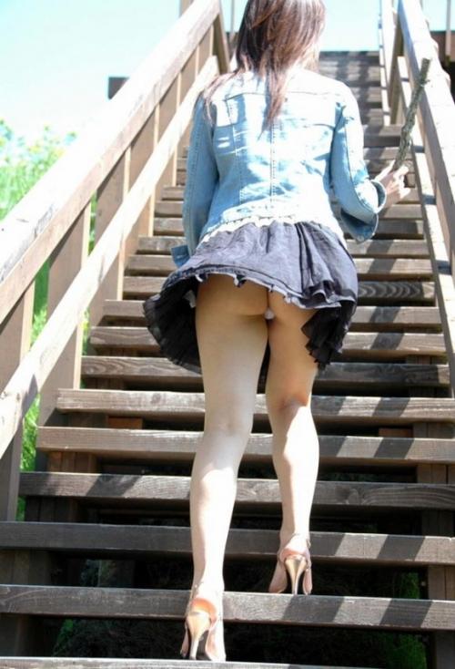 【三次】パンチラ・パンモロしている女の子のエロ画像・3枚目