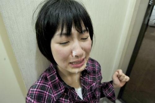 【三次】美少女がオジサンに監禁されて・・剃毛パイパンにされアナルにケーキをぶち込まれチ●ポで犯されまくる凌辱エロ画像・5枚目