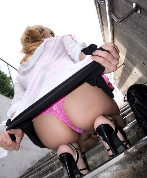 【三次】スカートをたくし上げている女の子のエロ画像・22枚目