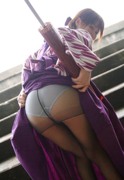 誘うようにお尻を突き出していてパンツ丸見えな女の子の画像part1・22枚目