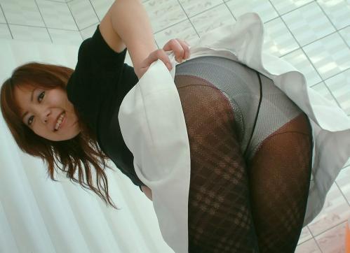 誘うようにお尻を突き出していてパンツ丸見えな女の子の画像part1・23枚目